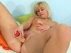 Blonde mommy destroys her smoothie with big dildo